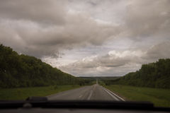 Проселочная дорога с облаками стоковое изображение rf