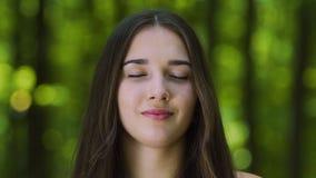 Просигнальте в размышлять женщина с благословленной улыбкой, дзэном внутреннего виска женским outdoors видеоматериал