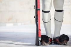 Просигнальте на ботинках и винтовке Evzones, греческой президентской охране, перед греческим парламентом на квадрате синтагмы Стоковая Фотография