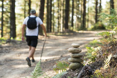 Просигнализируйте барьеры для альпиниста и hikers в лесе стоковые изображения rf