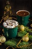 проскурняки шоколада горячие Рождество уютное ослабляет Чашка цвета темные ые-зелен Стоковые Фото
