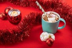 проскурняки шоколада горячие Чашка бирюзы горячих украшений рождества какао Тема темы праздника рождества стоковое изображение