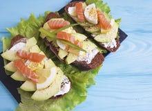 Прослоите лимона обеда яичка рыб авокадоа закуску красного изысканную голубую деревянную деревенскую стоковое изображение