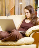 просматривая женщина интернета Стоковая Фотография RF