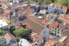 Просмотрение к старой части Omis в Хорватии Стоковое Фото