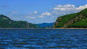Просмотр голубого ясного озера Lianhua и зеленых гор Стоковые Фотографии RF