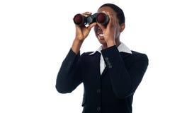 Просмотр женщины через бинокулярное Стоковое Изображение RF