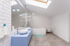 Простая ванная комната в чердаке стоковые фотографии rf