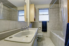 Простая ванная комната с плиточным полом и окном Стоковые Изображения RF