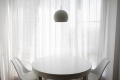Простая живущая комната на уютные вечеры стоковое фото