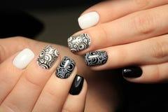 Простая и красивая заполированность геля маникюра Цвет контраста на ногтях Стоковые Изображения RF