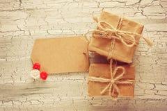 Простая подарочная коробка 2 с биркой стоковые фотографии rf