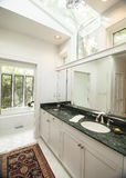 Простая современная ванная комната с черным счетчиком гранита Стоковые Изображения