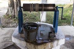 Простая старая деревня хорошо в России, с питьевой водой стоковое изображение