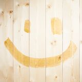 Простая счастливая сторона нарисованная над деревянными досками Стоковые Изображения RF
