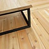 Простая таблица на деревянном поле стоковое изображение rf