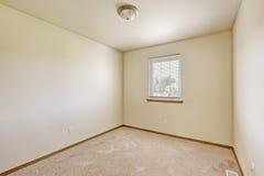 Простая яркая пустая комната цвета слоновой кости Стоковое Изображение