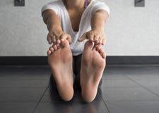 Простирание подвижности подколенного сухожилия касания пальца ноги стоковое изображение rf
