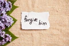 Простите ему, концепции прощения на красивой предпосылке с цветками стоковое изображение rf
