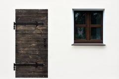 Простое изображение двери и окно на белой стене Стоковое Изображение RF