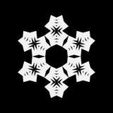 Простой белый значок снежинки изолированный на черной предпосылке Бесплатная Иллюстрация