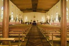 Простой деревянный интерьер католической церкви в острове Южной части Тихого океана стоковое фото rf