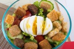 Простой домашний сделанный салат с вареным яйцом в шаре стоковая фотография rf