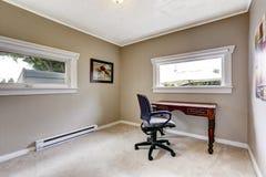 Простой интерьер офиса с столом и стулом Стоковое Фото