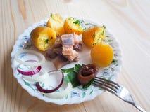 Простой обед страны с сельдями и икрой на плите Стоковое Изображение RF