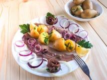Простой обед страны с сельдями и икрой на плите Стоковые Фото