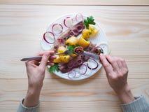 Простой обед страны с сельдями и икрой на плите Стоковые Фотографии RF