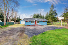 Простой один экстерьер дома рассказа с голубой и красной отделкой Стоковая Фотография