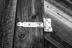Простой шарнир двери на конце двери амбара вверх по съемке стоковые фото