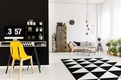 Просторная живущая комната с местом для работы стоковое изображение
