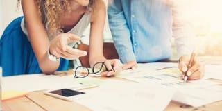 Просторная квартира офиса процесса работы команды сотрудников современная Главные бухгалтеры производят творческий проект идеи Мо стоковые изображения rf