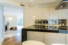 Просторная кухня в современной квартире стоковая фотография