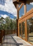 Просторная терраса деревянного дома в лесе с большим ветром Стоковая Фотография
