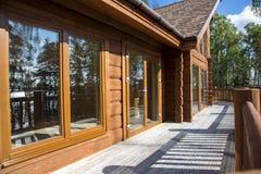 Просторная терраса деревянного дома в лесе с большим ветром Стоковое Фото