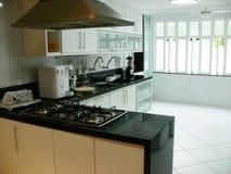 просторное кухни самомоднейшее стоковое изображение rf