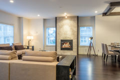 Просторные яркие живущая комната и столовая Стоковая Фотография RF