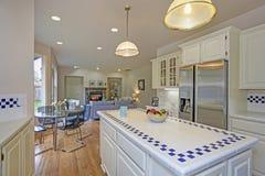 Просторный белый интерьер кухни с островом кухни стоковые изображения rf