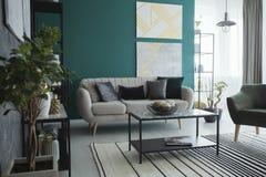 Просторный зеленый интерьер живущей комнаты Стоковое Фото