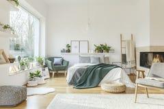 Просторный, обеспеченный интерьер спальни Стоковая Фотография