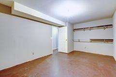 Просторный пустой интерьер гаража с 2 полками на стене Стоковые Фотографии RF