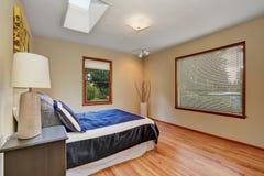 Просто обеспеченный интерьер спальни с паркетом Стоковая Фотография RF