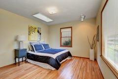 Просто обеспеченный интерьер спальни с паркетом Стоковые Фотографии RF