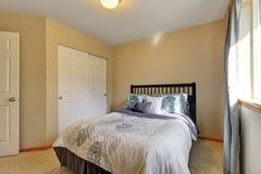 Просто обеспеченный интерьер спальни с шкафом Стоковые Фотографии RF