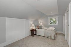 Просто обеспеченный интерьер спальни чердака Стоковая Фотография RF