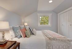 Просто обеспеченный интерьер спальни чердака Стоковая Фотография