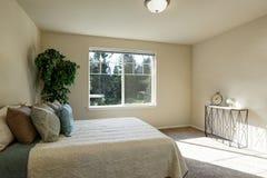 Просто обеспеченный интерьер спальни Стоковая Фотография